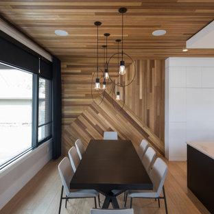 Exemple d'une grand salle à manger ouverte sur la cuisine tendance en bois avec un mur marron, un plafond en bois, aucune cheminée et un sol en bois clair.