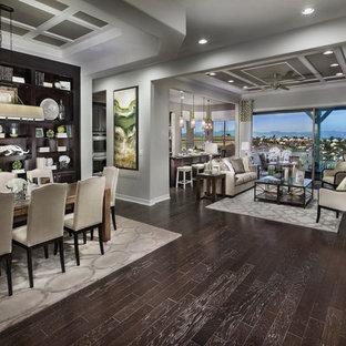 Diseño de comedor clásico renovado, extra grande, abierto, con paredes grises y suelo de madera oscura