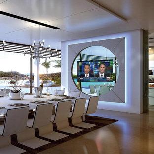 Foto di un'ampia sala da pranzo aperta verso la cucina minimal con pareti beige, parquet chiaro e nessun camino