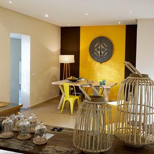Mittelgroßes Shabby-Chic-Style Esszimmer mit gelber Wandfarbe, Kaminofen, Kaminumrandung aus Metall und beigem Boden in Sonstige