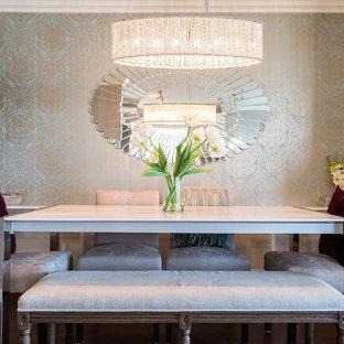 Foto di una piccola sala da pranzo aperta verso il soggiorno contemporanea con pareti con effetto metallico, pavimento in legno massello medio e nessun camino