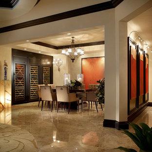 Diseño de comedor actual con paredes beige y suelo de mármol