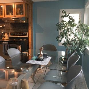 Inspiration för små skandinaviska kök med matplatser, med blå väggar, klinkergolv i keramik och flerfärgat golv
