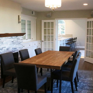 Idéer för att renovera en liten vintage separat matplats, med gula väggar, mörkt trägolv, en standard öppen spis och brunt golv