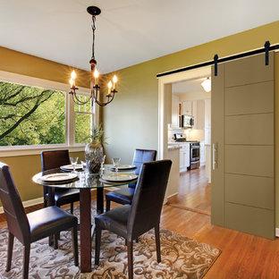 Esempio di una sala da pranzo aperta verso la cucina country di medie dimensioni con pareti verdi, pavimento in legno massello medio e nessun camino