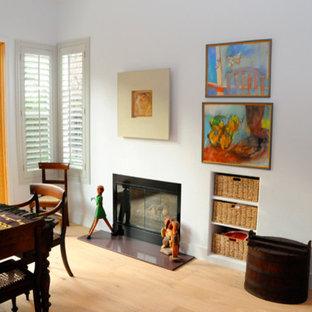 サンディエゴの中サイズのエクレクティックスタイルのおしゃれなLDK (青い壁、淡色無垢フローリング、標準型暖炉、金属の暖炉まわり) の写真