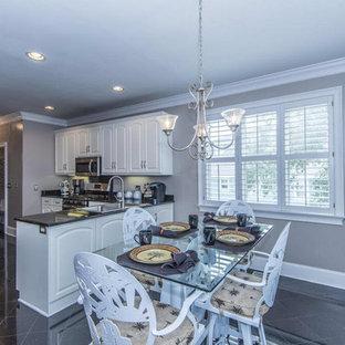 Idee per una sala da pranzo aperta verso la cucina classica di medie dimensioni con pareti grigie, pavimento in gres porcellanato, nessun camino e pavimento nero