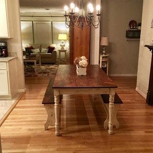 Inspiration pour une petite salle à manger ouverte sur la cuisine rustique avec un mur beige, un sol en bois brun, aucune cheminée et un sol marron.