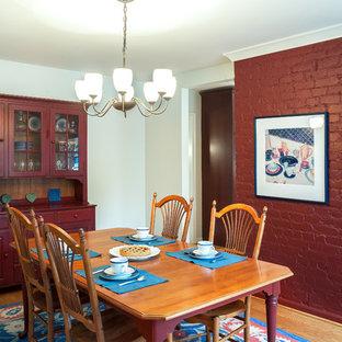 Ispirazione per una grande sala da pranzo aperta verso la cucina country con pareti verdi, pavimento in legno massello medio, nessun camino e cornice del camino in mattoni