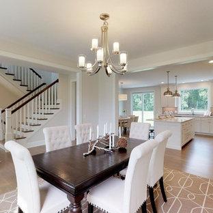 Idee per una grande sala da pranzo aperta verso la cucina country con pareti verdi, pavimento in legno massello medio e pavimento blu