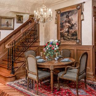 Foto di una piccola sala da pranzo vittoriana con pareti beige e pavimento in legno massello medio