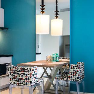 Ispirazione per una piccola sala da pranzo aperta verso la cucina minimal con pareti blu, pavimento in gres porcellanato e pavimento bianco
