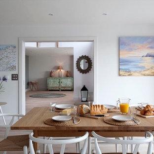 Cette photo montre une salle à manger ouverte sur la cuisine bord de mer de taille moyenne avec un mur blanc et un sol en vinyl.