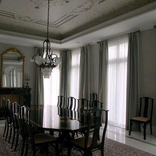 Modelo de comedor tradicional renovado, grande, cerrado, sin chimenea, con paredes beige, suelo de mármol y marco de chimenea de madera