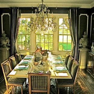 Ejemplo de comedor de cocina clásico, grande, sin chimenea, con paredes negras