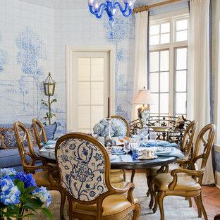 Esempio di una sala da pranzo classica chiusa e di medie dimensioni con pareti blu, pavimento in terracotta, nessun camino e pavimento rosso