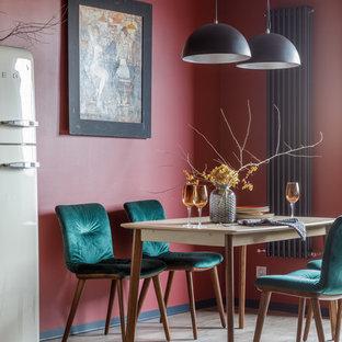 Стильный дизайн: столовая в современном стиле с красными стенами, паркетным полом среднего тона и бежевым полом - последний тренд