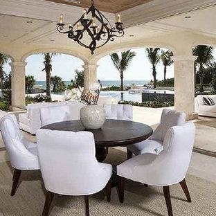 Imagen de comedor tropical, de tamaño medio, abierto, sin chimenea, con paredes blancas y suelo de mármol
