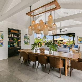 Ispirazione per una grande sala da pranzo aperta verso il soggiorno costiera con pareti bianche, pavimento in gres porcellanato, nessun camino e pavimento grigio