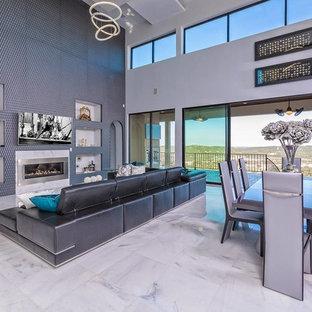 Diseño de comedor de cocina actual, extra grande, con paredes grises, suelo de mármol, chimenea lineal y marco de chimenea de metal