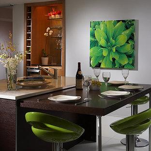 Esempio di una piccola sala da pranzo aperta verso la cucina minimal con pareti bianche, pavimento in marmo e pavimento bianco