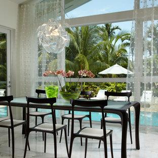 Immagine di una sala da pranzo aperta verso il soggiorno design di medie dimensioni con pareti bianche, pavimento in marmo e pavimento bianco