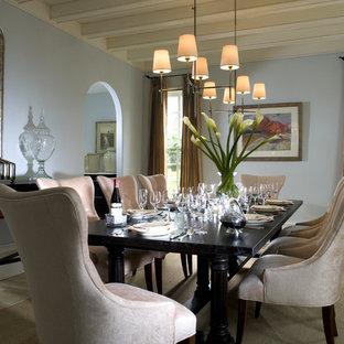 Ejemplo de comedor clásico, cerrado, con paredes azules y suelo de madera clara
