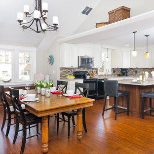 Ejemplo de comedor de cocina de estilo americano, de tamaño medio, sin chimenea, con paredes grises y suelo de bambú