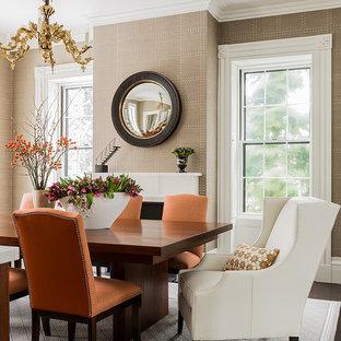 Idee per una sala da pranzo chic di medie dimensioni con pareti beige, parquet scuro e camino classico