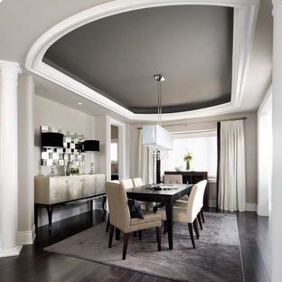 Exemple d'une salle à manger chic avec un mur gris, un sol en bois foncé et un sol noir.