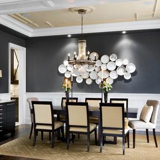 Foto di una sala da pranzo tradizionale chiusa con pareti nere e parquet scuro