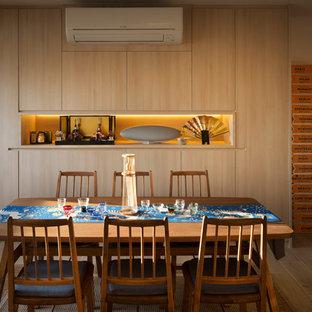 Exemple d'une salle à manger asiatique fermée avec un mur beige, un sol de tatami et un sol beige.