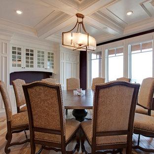 Imagen de comedor rústico, cerrado, con paredes púrpuras y suelo de madera clara