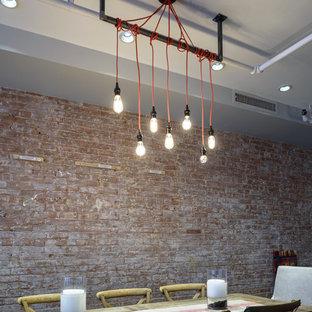 Imagen de comedor industrial, de tamaño medio, con paredes rojas