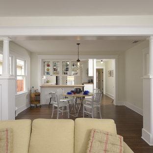 Imagen de comedor de cocina de estilo americano, de tamaño medio, con paredes blancas y suelo de madera oscura