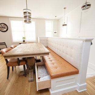 Inspiration för mellanstora lantliga kök med matplatser, med vita väggar och ljust trägolv