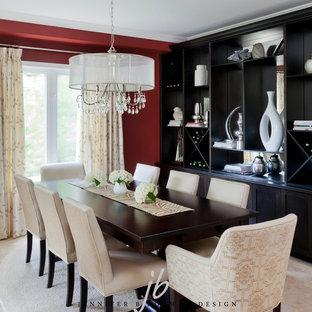 Ispirazione per una sala da pranzo chic chiusa e di medie dimensioni con pareti rosse e moquette
