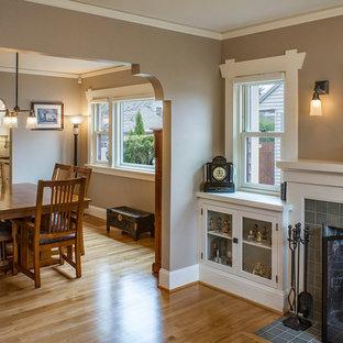 Imagen de comedor de cocina de estilo americano, de tamaño medio, con paredes beige, suelo de madera clara, chimenea tradicional y marco de chimenea de baldosas y/o azulejos