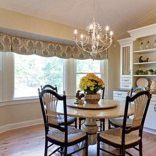 Esempio di un'ampia sala da pranzo aperta verso la cucina country con pareti beige, parquet chiaro, nessun camino e pavimento marrone