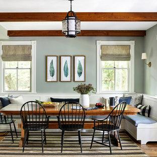Idee per un angolo colazione country con pareti grigie, pavimento in legno massello medio, pavimento marrone e travi a vista