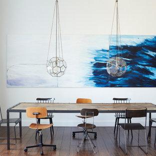 Idéer för ett industriellt kök med matplats, med vita väggar, mörkt trägolv och brunt golv