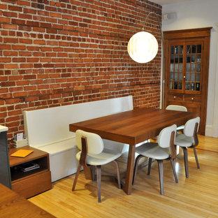 Idee per una sala da pranzo moderna con pavimento in legno massello medio e pavimento giallo