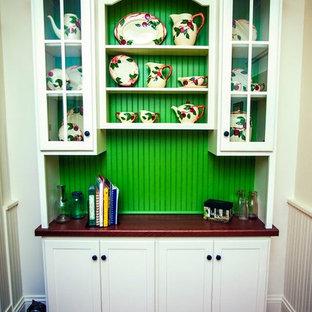 Создайте стильный интерьер: маленькая отдельная столовая в стиле кантри с белыми стенами, темным паркетным полом и коричневым полом без камина - последний тренд