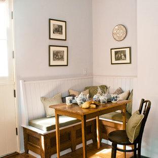 Modelo de comedor romántico, pequeño, con paredes blancas y suelo de madera en tonos medios