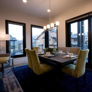 Esempio di una sala da pranzo aperta verso la cucina design di medie dimensioni con pareti beige, parquet chiaro, camino classico, cornice del camino piastrellata e pavimento beige