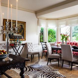 Idee per una sala da pranzo aperta verso la cucina tradizionale di medie dimensioni con pareti bianche, pavimento in travertino, nessun camino e pavimento marrone
