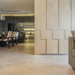 Esempio di una sala da pranzo etnica con pareti multicolore, pavimento in compensato e pavimento beige