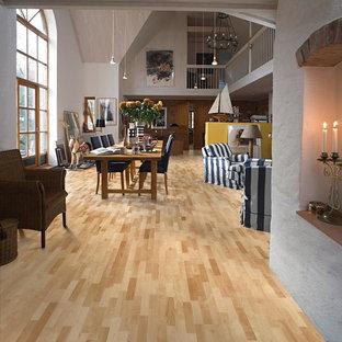 Diseño de comedor actual, grande, abierto, con paredes grises, suelo de madera clara y suelo amarillo