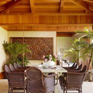 Cette photo montre une salle à manger exotique avec un mur beige et un sol en bois clair.