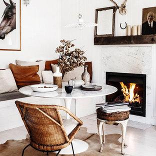 Aménagement d'une salle à manger romantique avec une cheminée standard et un manteau de cheminée en pierre.